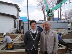 新築ハウスの基礎工事中の現場にて吉田代表(右)
